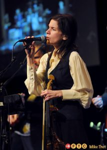 Mary Ramsey with 10000 Maniacs holding a Zeta violin
